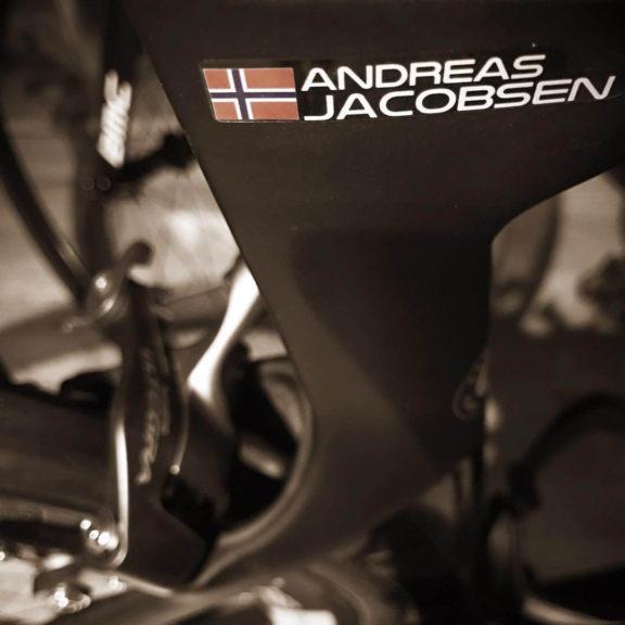 Cykel med anpassad namn klistermärke med Norge flagga