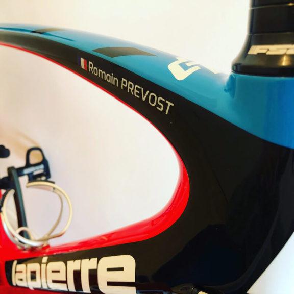 Rower z naklejką z nazwą
